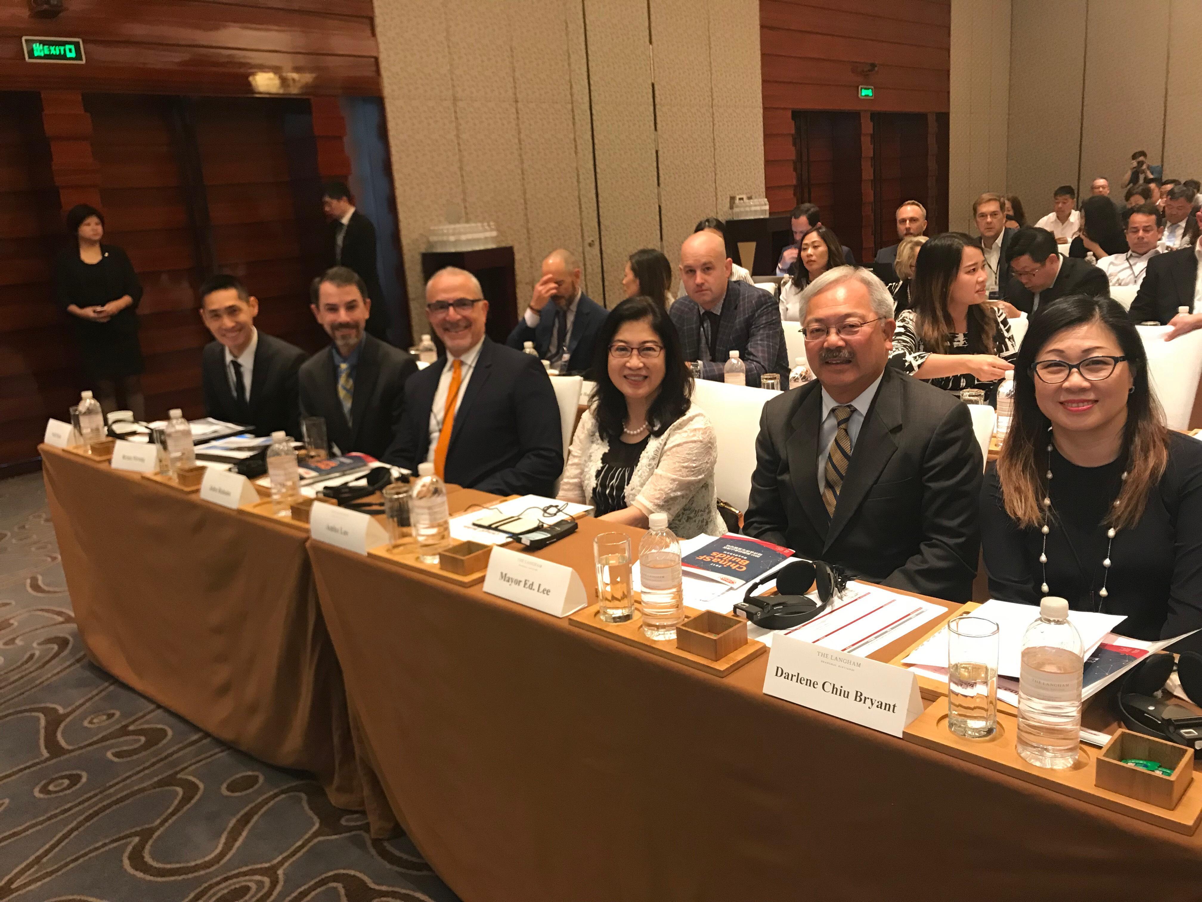 舊金山市長李孟賢(右二)和舊金山市對華辦公室的其他代表出席了2017美國舊金山灣區經濟與合作發展論壇。(圖片來源:舊金山市長新聞辦公室)