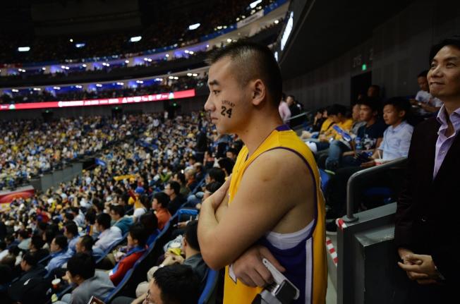 上海球迷聚精會神觀看勇士隊與明尼蘇達森林狼隊的球賽。(Getty Images)
