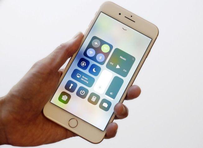 根據國外一科技網站報導,64%的美國人擁有至少一個蘋果產品。圖為蘋果新機iPhone 8。 (美聯社)