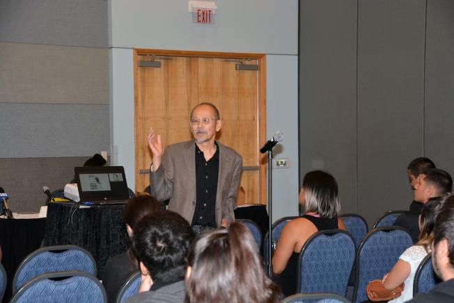 洛杉磯暴亂25年後論壇,洛加大教授鄧道明向大學生演講。(記者丁曙╱攝影)