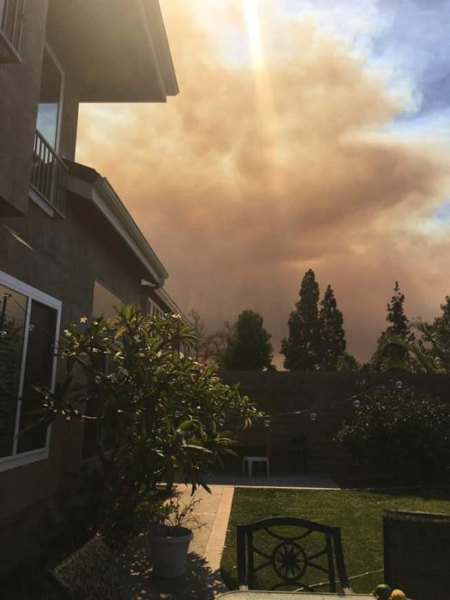 自10月9日發生的二號峽谷山火,11日在1600餘名消防員撲救中,宣布有約45%山火面積受控。當地多數地方疏散令及交通限制解除,一些學校準備恢復上課。圖為居民最新拍攝山火圖片。(取自臉書,Diana Arredondo Riaz提供)