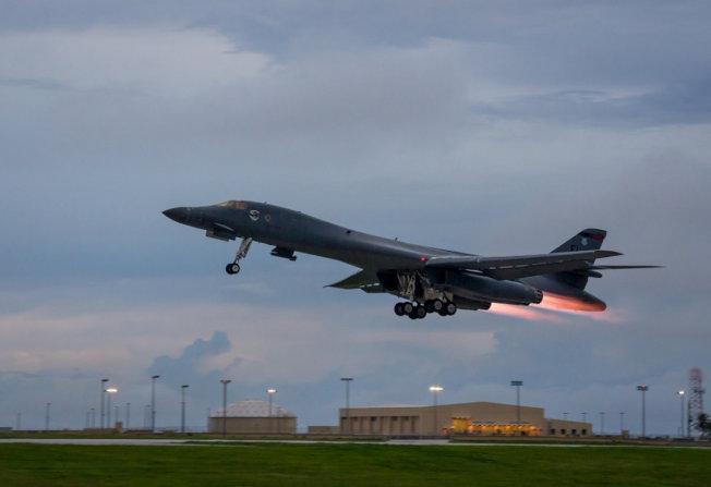 美國B-1B戰機從關島起飛,進逼朝鮮半島,因應北韓挑釁。(路透)