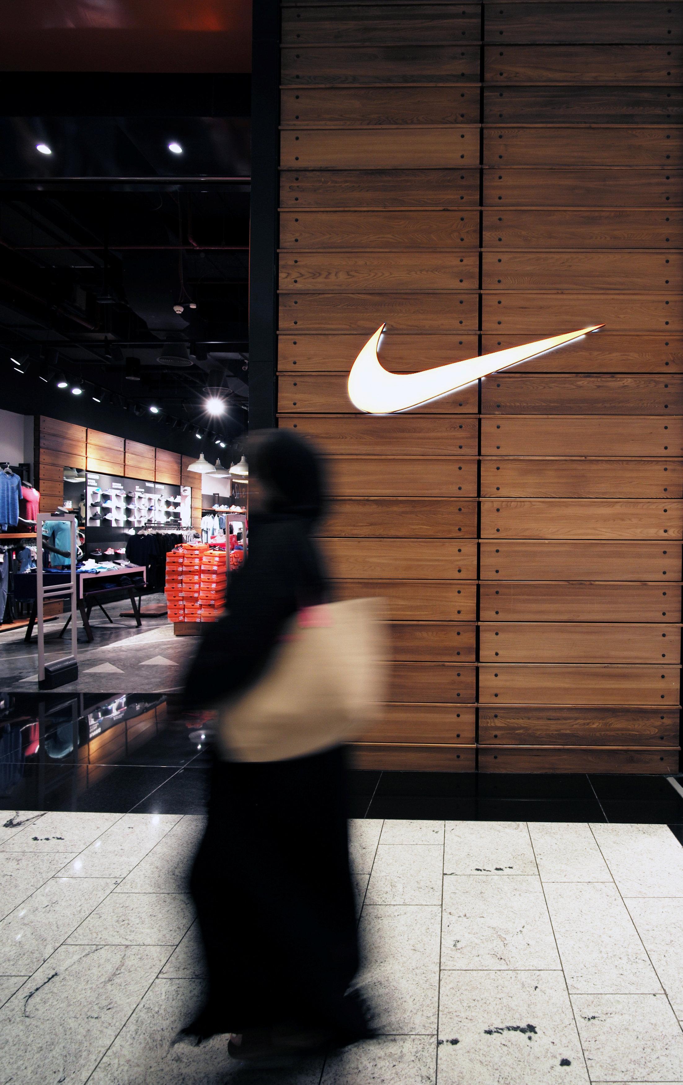 根據調查,青少年網購的最愛,包括NIKE的運動鞋類。(路透)