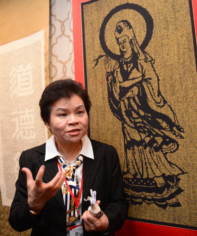 書法家詹秀蓉11日介紹將在慈善書法展展出的部分作品。(記者許振輝/攝影)