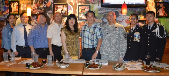 傅鶴鳴(右四)希望華裔民眾通過NBA融入主流社會。(記者牟蘭/攝影)