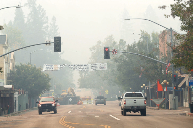 11日接到撤離命令的Calistoga市,市中心大火未至,已經煙霧瀰漫。(美聯社)
