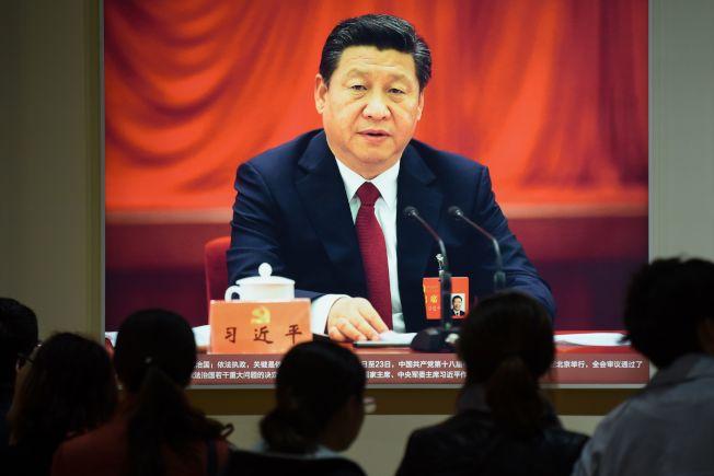 北京展览馆11日连续播出讲述中共总书记习近平五年来政绩的纪录片。(Getty Images)