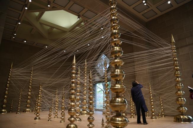 今年是賽克勒美術館建館30周年,印度藝術家古普塔(Subodh Gupta)用萬千絲線和黃銅器搭建的多維藝術品。(記者羅曉媛/攝影)