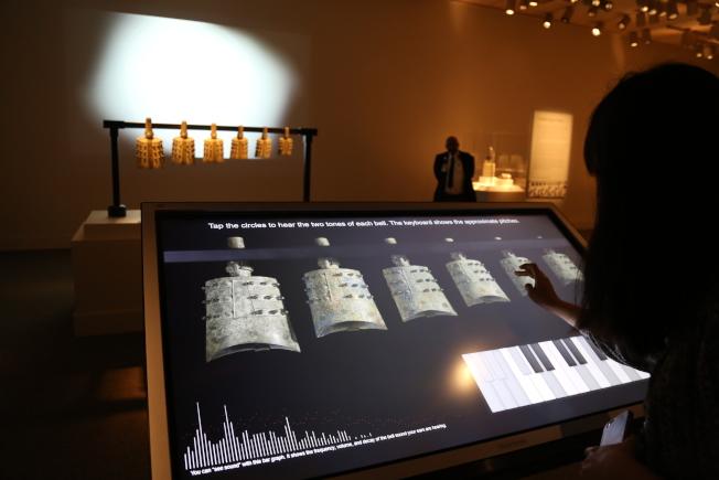 賽克勒館的編鐘展引入高科技,訪客可自行奏樂。(記者羅曉媛/攝影)