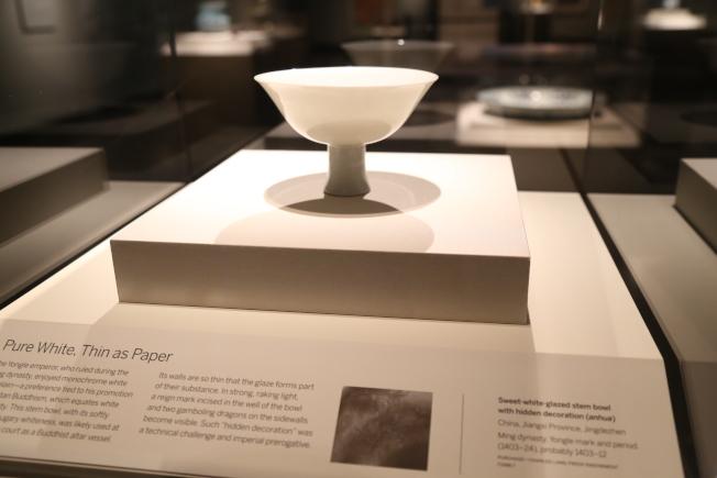 永樂時期祭壇所用的瓷器,技藝超群,外觀刻有兩條龍,但只能透著陽光才能看見。(記者羅曉媛/攝影)
