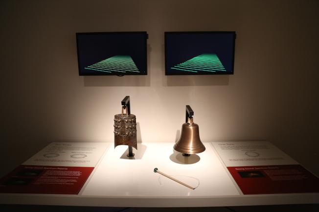 賽克勒館的編鐘展引入高科技,訪客能透過技術處理看到聲音的變化。(記者羅曉媛/攝影)