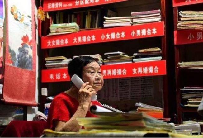 武漢著名紅娘「毒舌奶奶」專治單身64年,已經為1700多對男女牽線搭橋。(取材自微信)