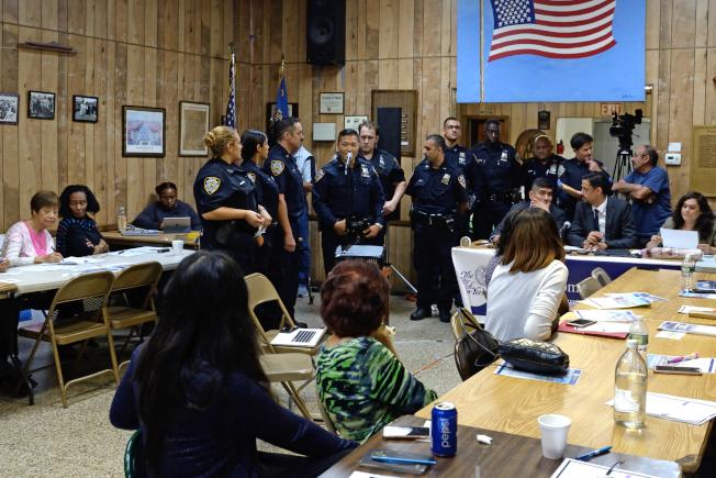 110分局社區協調警員在第四社委會自我介紹。(記者朱澤人/攝影)