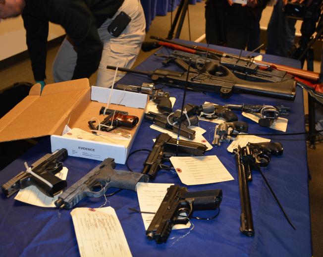 洛市警局展示非法銷售的各種槍枝。(記者丁曙/攝影)
