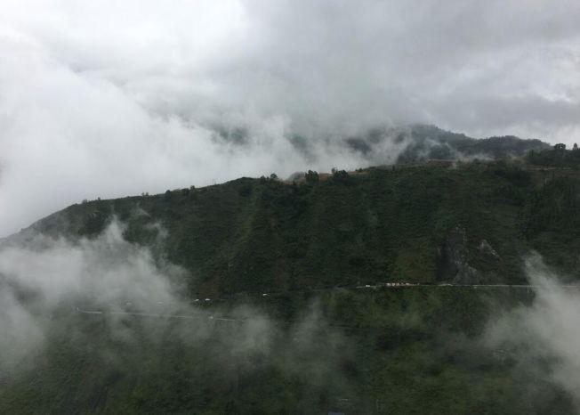 崇山峻嶺阻礙涼山經濟發展,圖為車輛在雷波縣「九大拐」行駛。(取材自人民網)