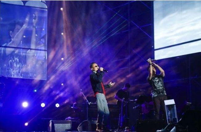 雲棲大會上馬雲(左)傾情獻唱《傳奇》,引發全場尖叫連連。(取材自中新網)