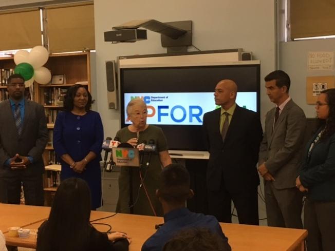 法瑞娜(發言者)宣布紐約市參加AP考試和至少通過一門AP考試的學生人數創歷史新高。(市教育局提供)
