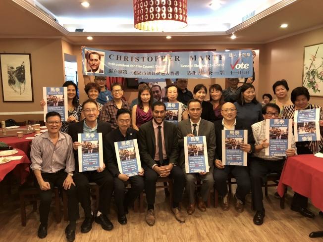 馬泰(前排左四)在華埠舉行籌款會,前排左一為黃華清。(記者洪群超/攝影)