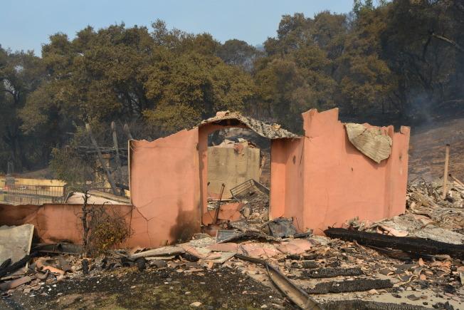 肆虐北灣8縣的山火發生已有三日,截至11日晚8時許,導致23人死,285人失蹤。(記者劉先進/攝影)
