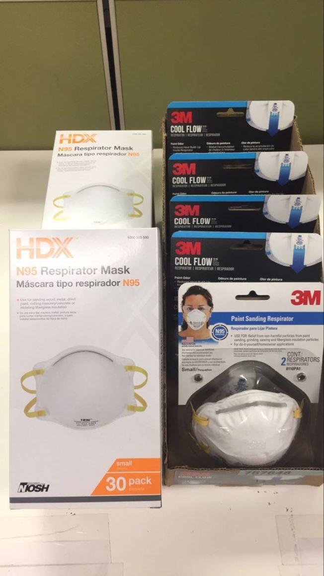 北灣山火導致空氣質量變差。有公司特意去購買口罩給員工,沒想到不少商店早已斷貨。(莊揚供圖)