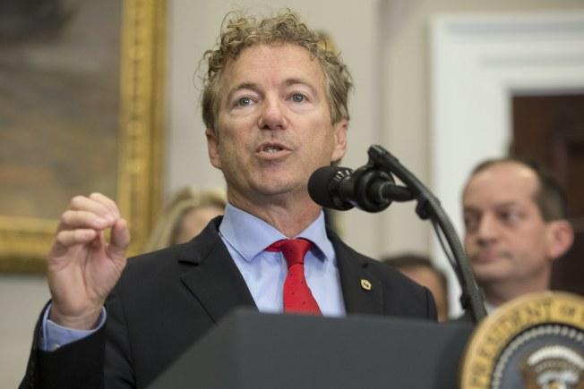 共和黨國會參議員保羅致辭說明健保行政令重點。(歐新社)
