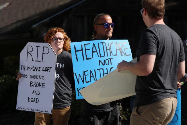 南加健保聯盟在加州聖地牙哥抗議川普的健保命令。(路透)