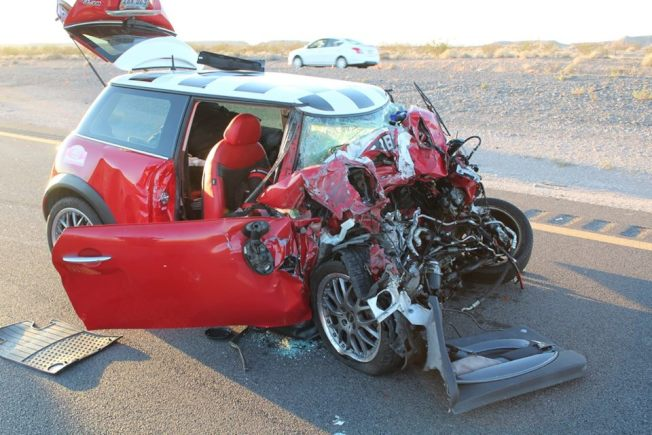 日產休旅車失控衝過中央分界區駛入15號高速公路北向車道,迎面撞上紅色Mini Cooper,造成家住韓德森市69歲駕駛Michael Prinaris當場死亡。(內華達州公路巡警局)