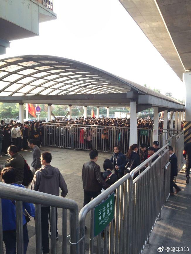 中共19大18日將在北京登場,當地維安升到最高級。圖為日前的北京地鐵天通苑站排隊等待安檢的人潮。(取材自微博)請輸入摘要