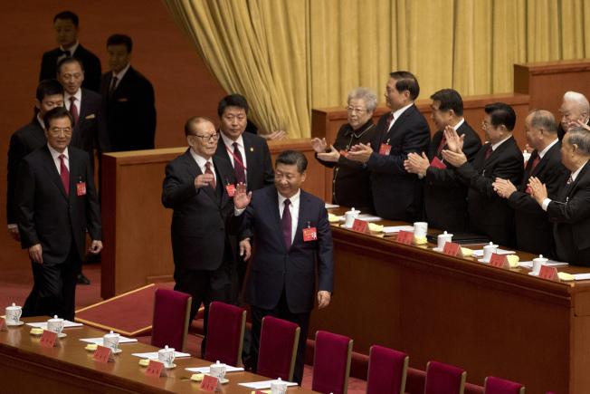 中共19大18日在北京開幕。前後三位中共中央總書記進入會場,受到代表熱烈鼓掌歡迎。前為習近平、江澤民、左為胡錦濤。(美聯社)
