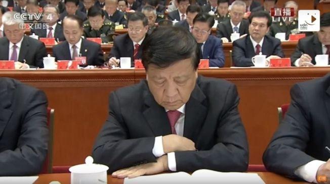 今(18)日中國共產黨第十九次全國代表大會在北京人民大會堂開幕,習近平代表第十八屆中央委員會向大會作報告。 (中新社)