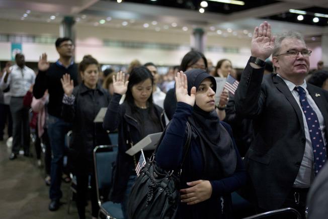 民眾參加入籍儀式。(美聯社)