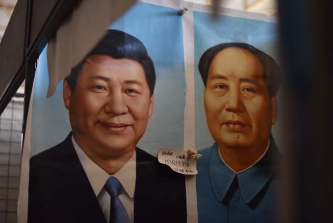 19大期間,北京一個市場內陳列的畫作,讓習近平比肩毛澤東。(Getty Images)
