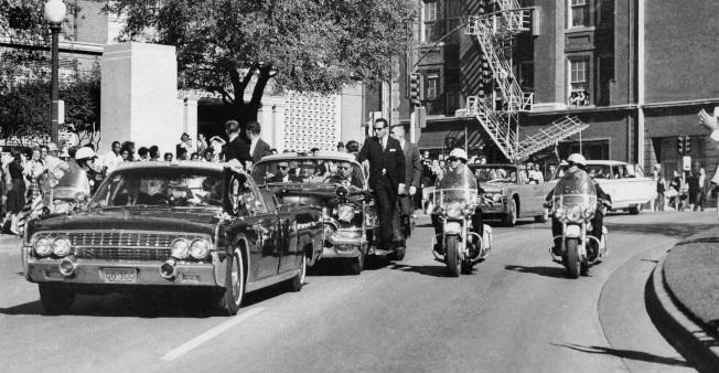 甘迺迪總統乘坐敞篷車行經達拉斯榆樹街,幾秒鐘之後槍響,甘迺迪倒下。(美聯社)