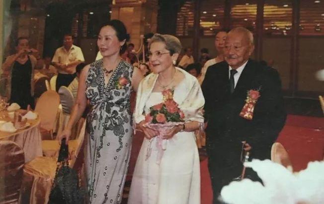 袁迪寶和法國李丹妮25歲在杭州相遇,83歲終於結婚。(取材自微信)