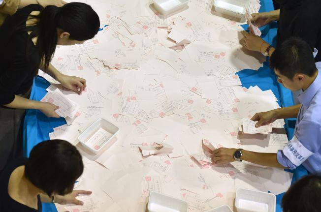 在東京的選務人員22日正在計票。(路透)
