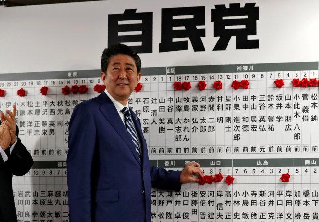 日本首相安倍晉三22日在東京自民黨總部確定贏得大選。(路透)