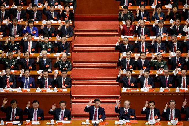 中共19大大會24日上午通過關於「中國共產黨章程(修正案)」的決議,習近平新時代中國特色社會主義思想寫入黨章。(路透)