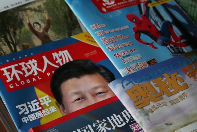 北京一處書報攤上,習近平成為雜誌封面人物。(中央社)