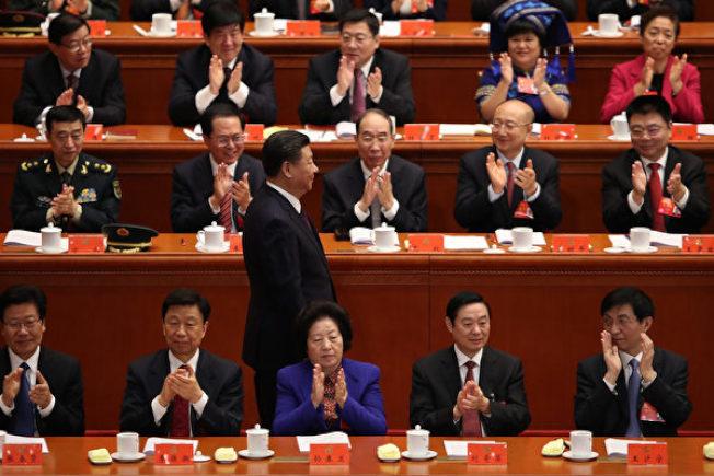 中共18屆的三名政治局委員張春賢(左一)、劉奇葆(右二)、李源潮(左二)在這次19大會後,都紛紛提前出局。(Getty Images)