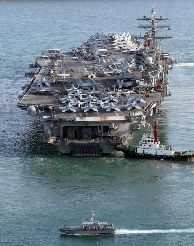 白宮官員透露,不排除動武來解決北韓問題。美國航母雷根號已在西太平洋完成部署。(歐新社)