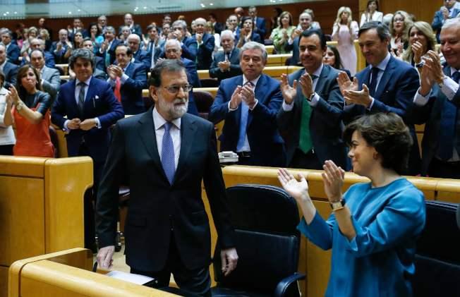 西班牙總理拉荷義(前左)強硬解散加泰隆尼亞自治區議會,獲得西班牙國會議員起立鼓掌歡迎。(Getty Images)