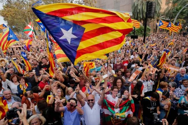 加泰隆尼亞議會宣布獨立,民眾走上巴塞隆納街頭慶祝。(Getty Images)