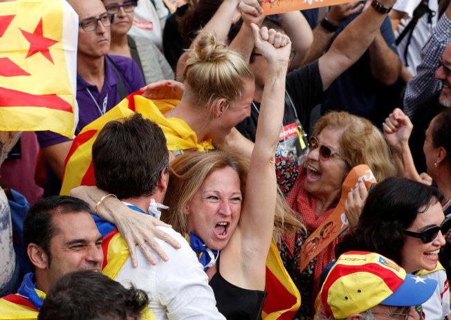 加泰隆尼亞自治區議會外面等候的民眾,欣喜慶祝宣告獨立。(路透)