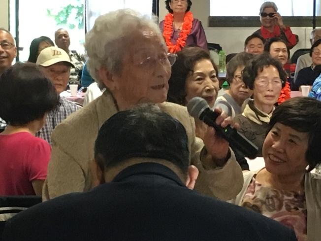 105歲黃蔡瑞雲女士用台語說出祝福語獻給大家。(記者謝雨珊/攝影)