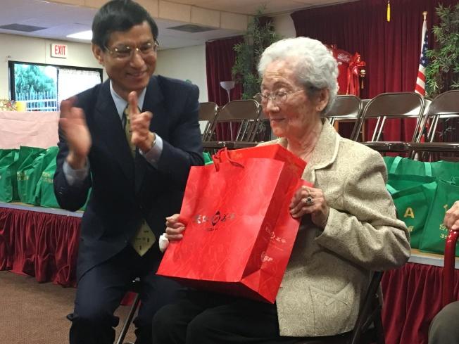 政務委員林萬億(左)送賀禮給黃蔡瑞雲女士(右)。(記者謝雨珊/攝影)