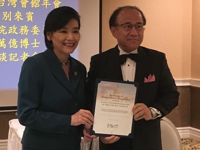 聯邦眾議員趙美心(左)頒發獎狀給台灣會館董事長林榮松(右)。(記者謝雨珊/攝影)