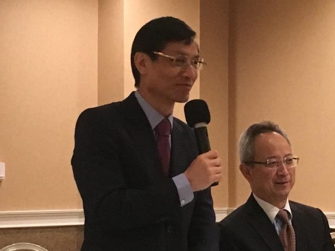 台灣行政院政務委員林萬億(左)談台灣改革現況。(記者謝雨珊/攝影)