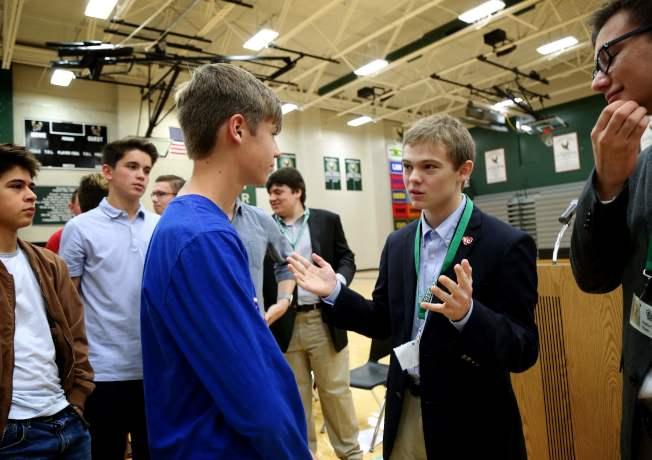 魯齊契(右二)最近在一所高中對一群學生發表競選演說。(Getty Images)
