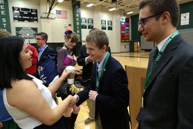 魯齊契(右二)最近在一所高中的座談會上向學生們致意。(Getty Images)