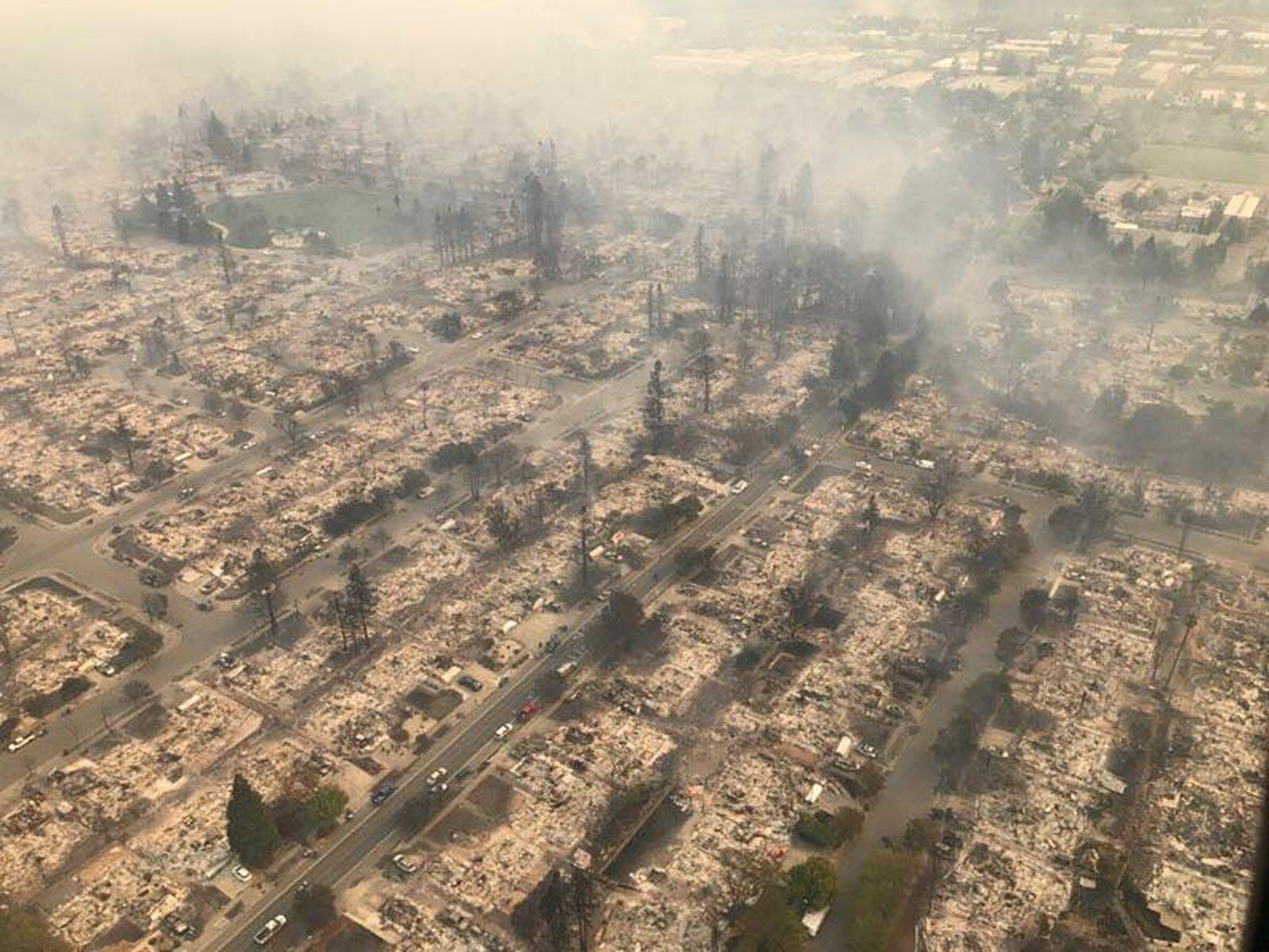 從空中俯瞰燒毀的聖塔羅莎。(歐新社)
